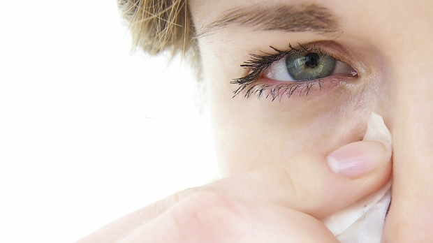 kliande ögon inomhus