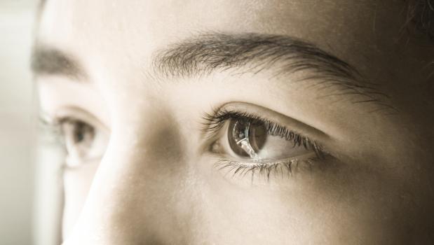 svarta prickar framför ögonen